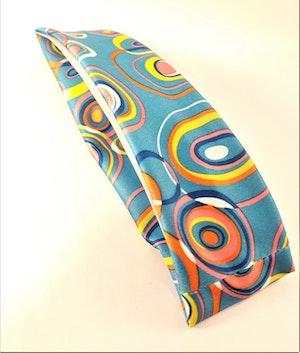 Hårband i glada färger och mönster, elastiskt, blå bottenfärg