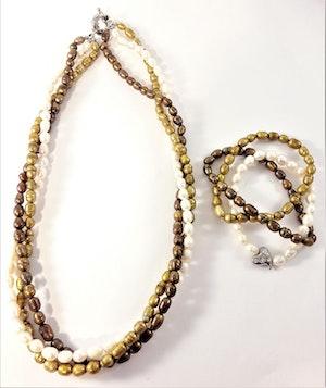 Set med treradigt halsband och armband pärlor i brunt, beige och vitt