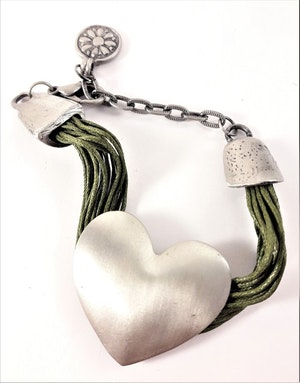 Armband med Olivgröna Trådar och Silverfärgat Hjärta