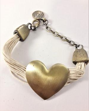 Armband med Vita Trådar och Guldfärgat Hjärta