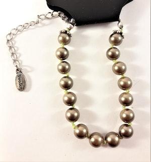 Armband med Gråbruna Pärlor och Silverfärgad Kedja