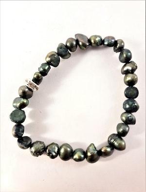 Enkelt Armband med Små Gröna Pärlor och Ring med Strass