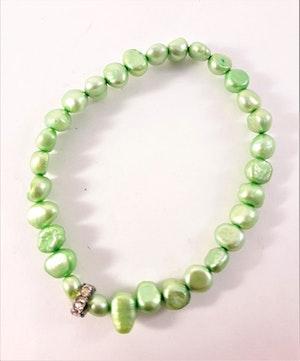 Enkelt Armband med Små Ljusgröna Pärlor och Ring med Strass