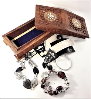 Handgjort snidat träskrin med armband, örhängen, halsband, diadem, hårklämmor (vita toner)