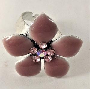Ring med rosa detaljer i form av blommor
