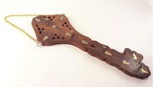 Snidad handgjord nyckelhängare, hög