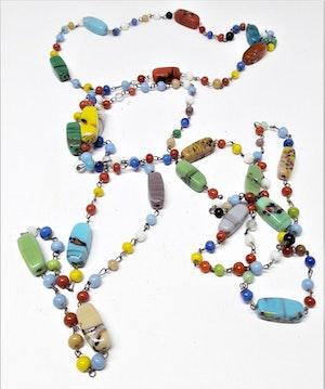 Långt halsband med mixade kantiga färger/kulor