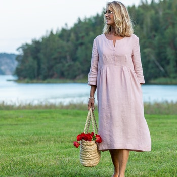 Klänning Linnea i cert linne. Sys i Sverige.