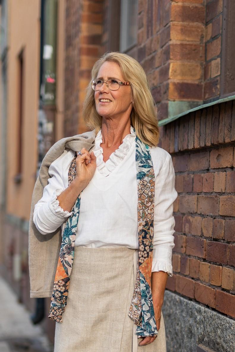 Blus Magda med volangkrage i cert linne. Sys i Sverige.