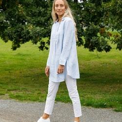 Blus Nina i certifierat linne. Sys i Sverige.