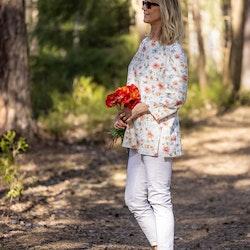 Blus Emelie i GOTS certifierat linne med mönster från akvarellmålning av Anna Hedeklint. Sys i Sverige.