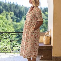 Klänning Tilda i GOTS certifierat linne. Det vackra blommönstret  kommer från en original akvarellmålning av Anna Hedeklint. Klänningen sys i Sverige.