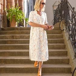 Klänning Veronica i GOTS certifierat linne. Sys i Sverige. Det vackra botaniska mönstret kommer från en original akvarellmålning av Anna Hedeklint.
