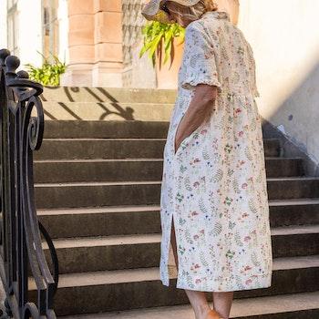 Klänning Veronica i GOTS certifierat linne. Sydd i Sverige.