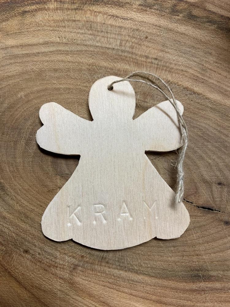 Trä-ängel med stansad text: KRAM 6x7 cm