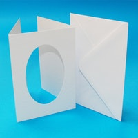 Vita A6 kort med ovalt fönster och kuvert