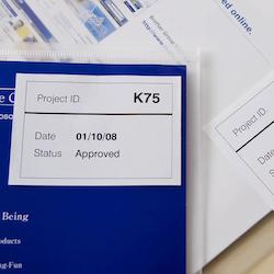 Brother DK-44205 orginal etiketter på fortlöpande rulle, borttagbar, svart på vit 62 mm
