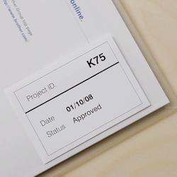 Brother DK-22212 orginal etiketter på fortlöpande rulle med plastfilm, svart på vit 62 mm