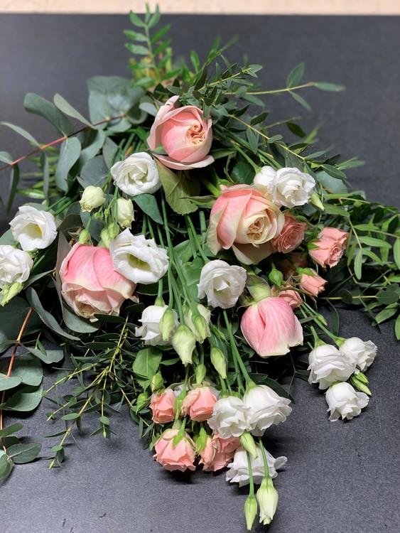 Liggande bukett - Ljusrosa rosor & vita prärieklockor