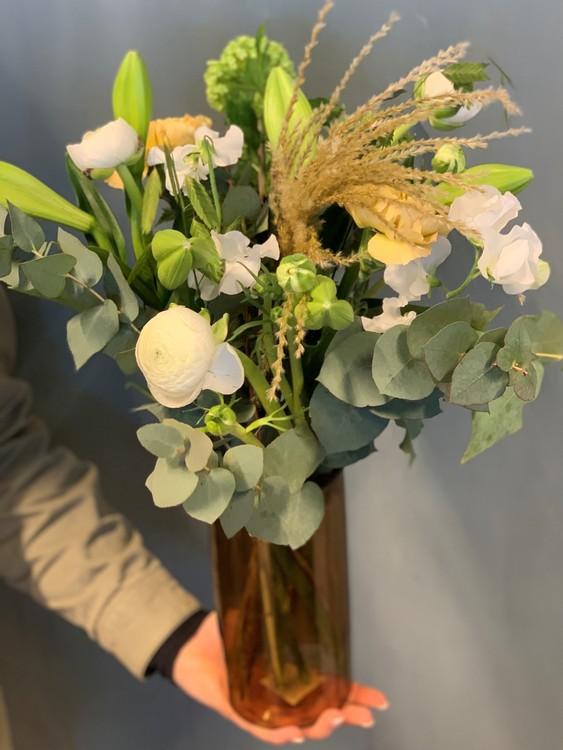 Floristen väljer en passande vas