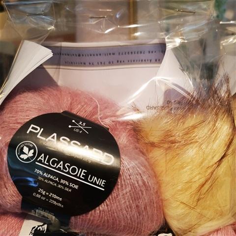 Flätstickad mössa med tofs och beskrivning-rosa