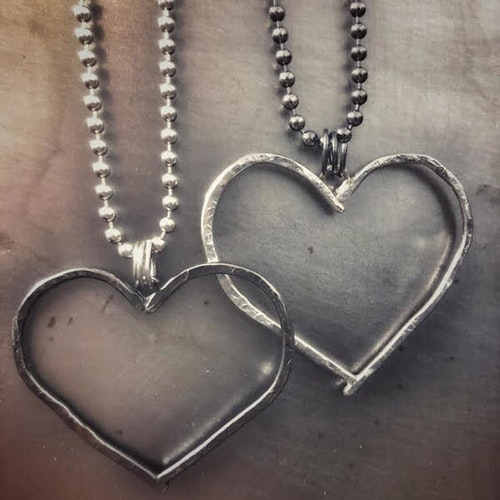HEART ON THE RUN - Silverhalsband med hamrat hjärta