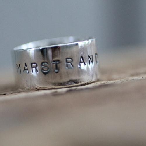 """MARSTRAND - Silverring med text """"MARSTRAND"""" och koordinater"""