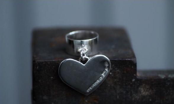 HEART ON THE RUN - Bred silverring med stort, hängande hjärta