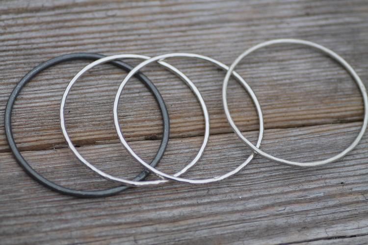CIRCLE- Armring i silver med olika ytor