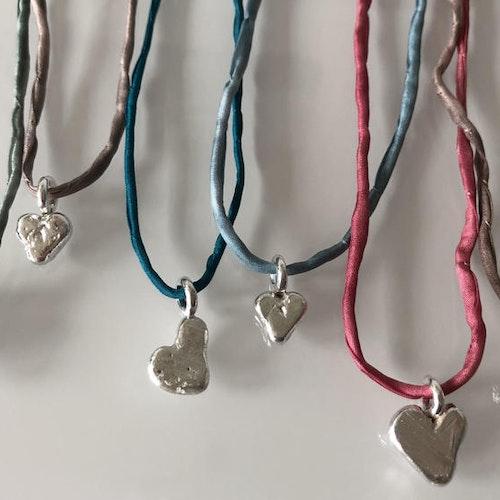 SILK HEARTS - Halsband med gjutna silverhjärtan i sidenband