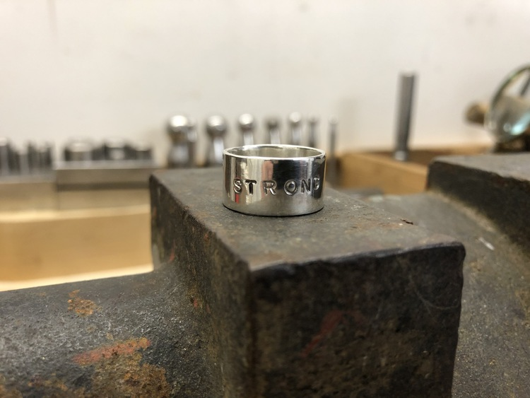 """STRONG - Silverring med text """"STRONG"""""""