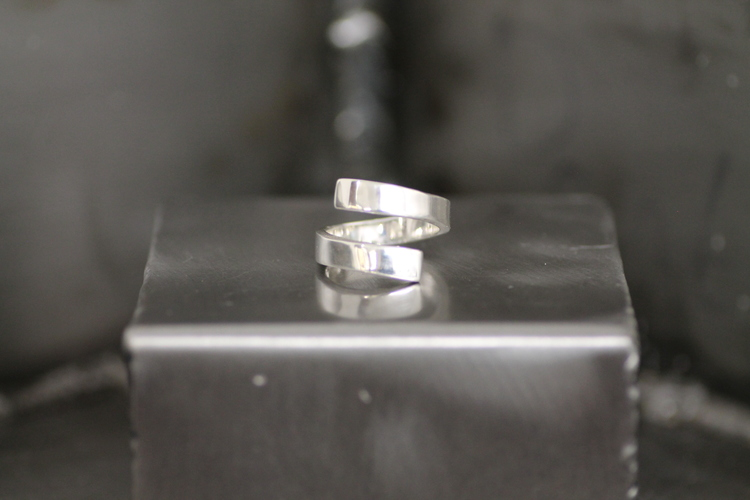 TWISTED - Spiralformad omlottring i silver