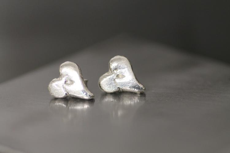 CASTED HEART STUDS - Gjutna hjärtörhängen i silver