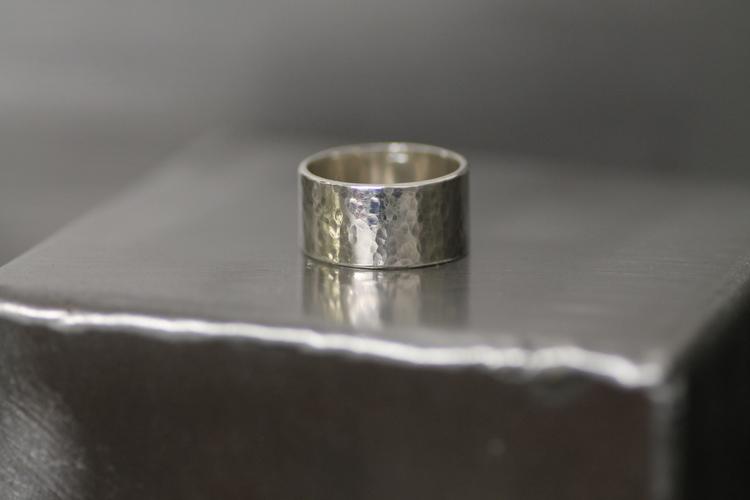 BROADWAY - Bred silverring med hamrad yta