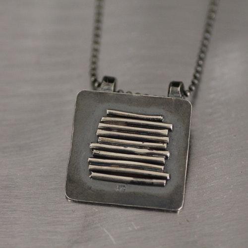 """DRIVVED - Oxiderat silverhalsband med hänge """"drivved"""" på platta"""