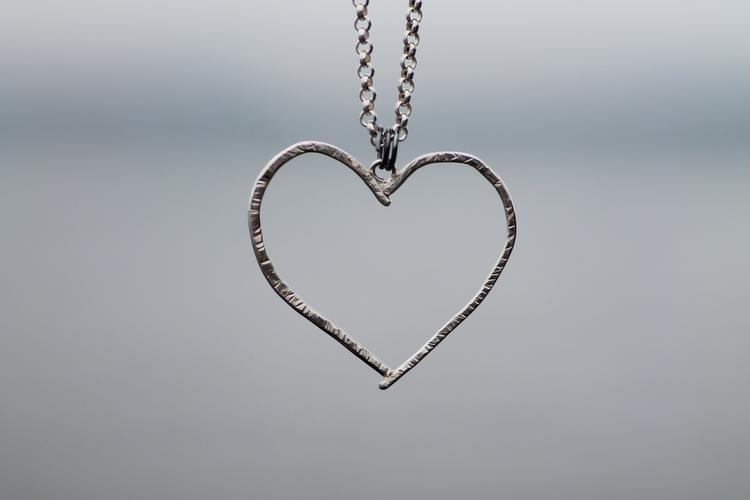 HEART ON THE RUN - Silverhalsband med hamrat hjärta