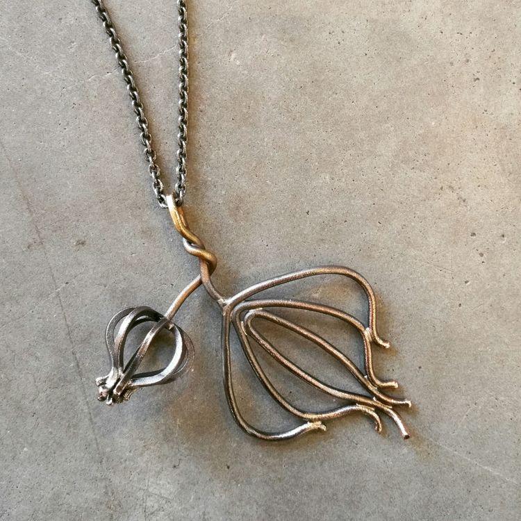 Halsband; knopp och löv