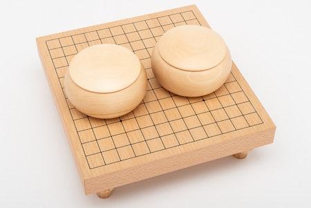 Go-spel 13x13, bräde med ben, glasstenar och träskålar