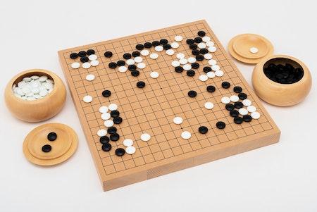 Go-spel, tjockt bräde med träskålar i lindträ och glasstenar