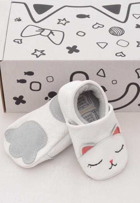Babymockasiner i skinn mönstrade med katt