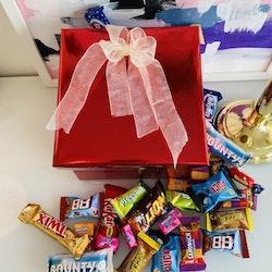 Röd box fylld med godis