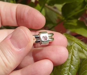 Sammanfogade ringar med rosa turmalin