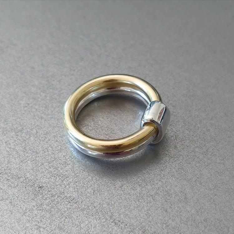 Silver- och mässingsring sammanfogade med band av silver