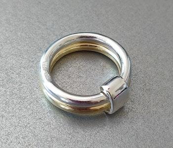 Silver- och mässingsring med band av silver