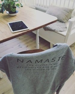 NAMASTÉ - SWEATER - LIGHT GREY