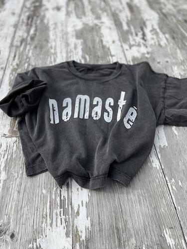 NAMASTÉ - CROPPED T-SHIRT - STONE WASHED BLACK