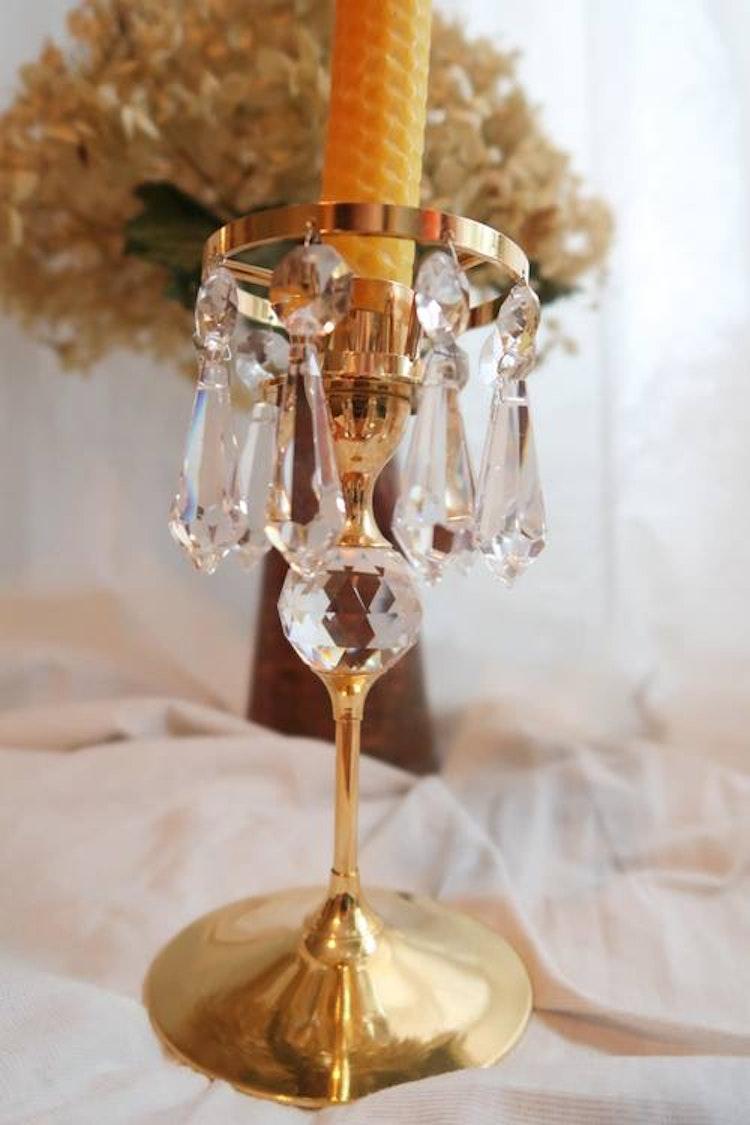 Guldpläterad ljusstake med prismor