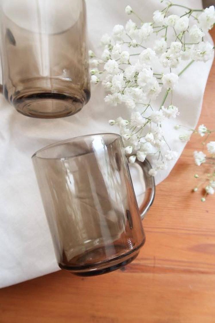 Två grå muggar i glas