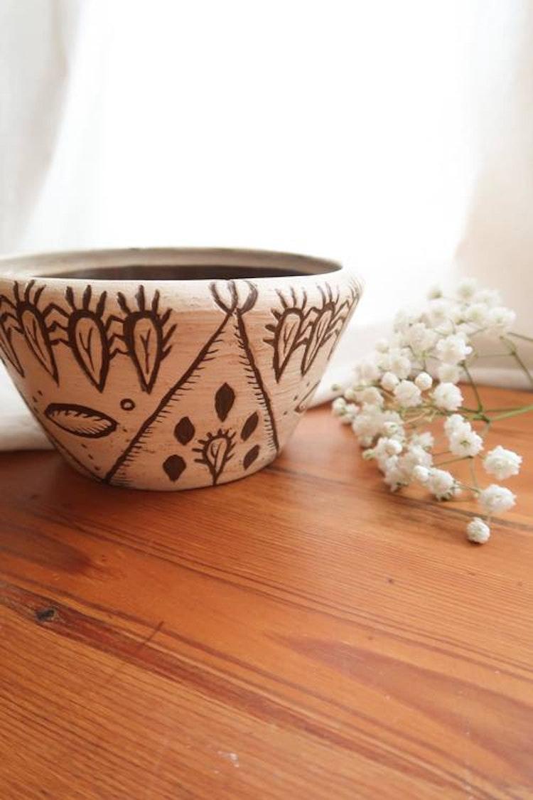 Handgjord skål med kaktusar