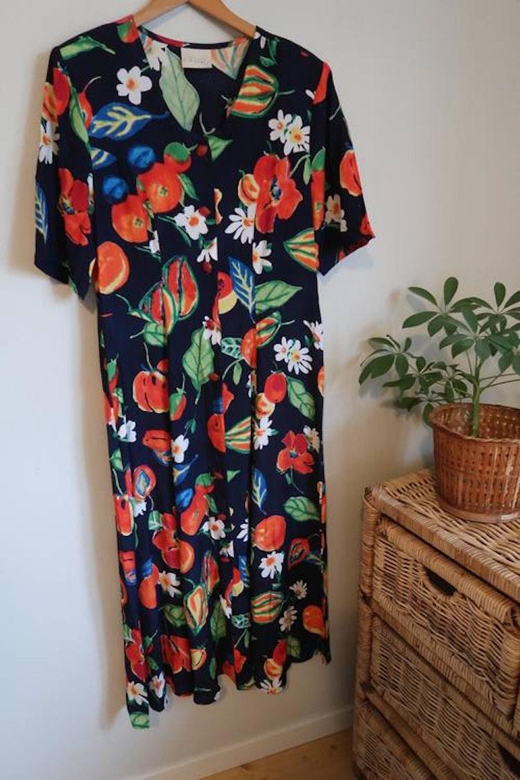 Blå klänning med frukt